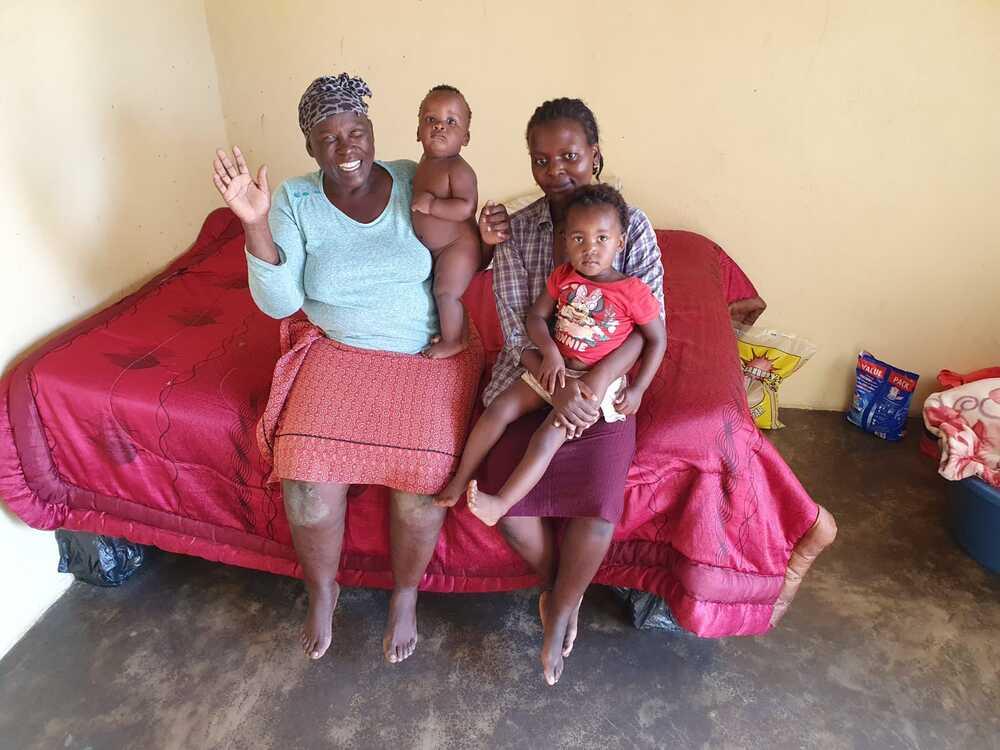 Granny Hlope in haar nieuwe huis in eSwatini Swaziland