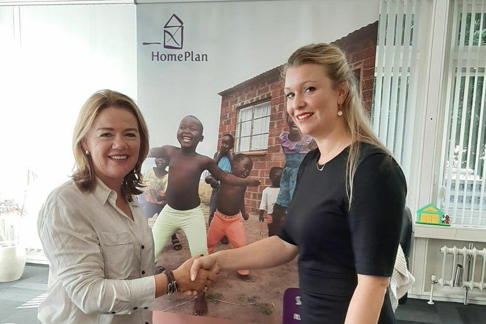 Annelies Toussaint van Toussaint + van Wijk Makelaardij ondertekent sleutelsponsor concept met Tanja Anthonis van Stichting HomePlan