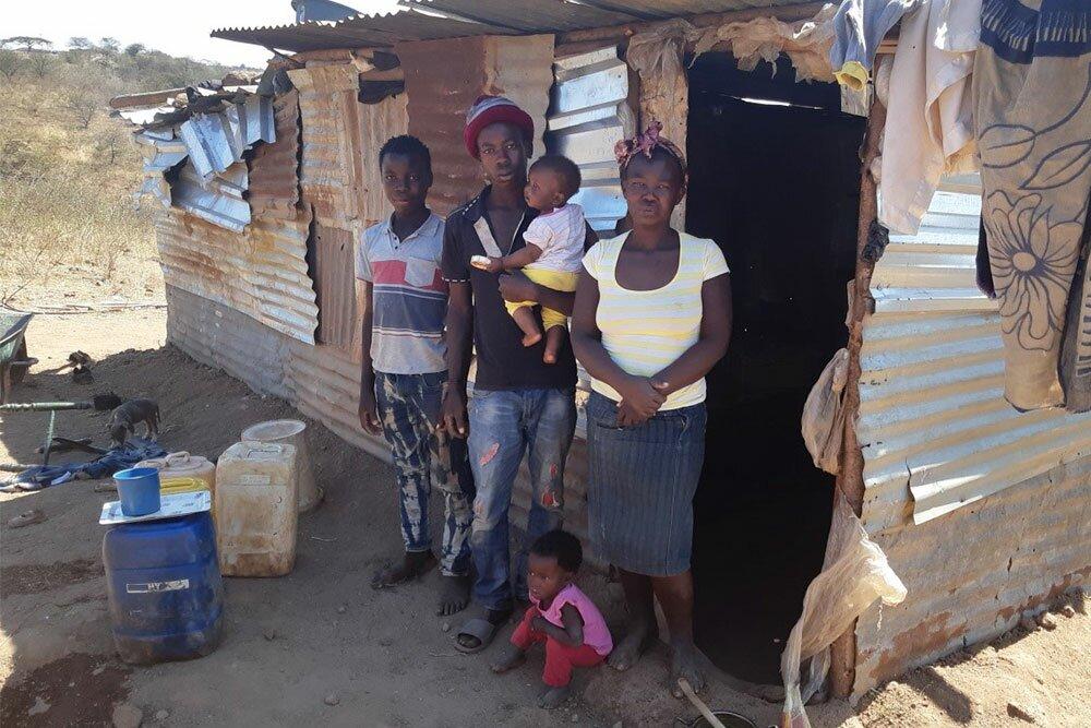 De familie Molepo voor hun huidige krot