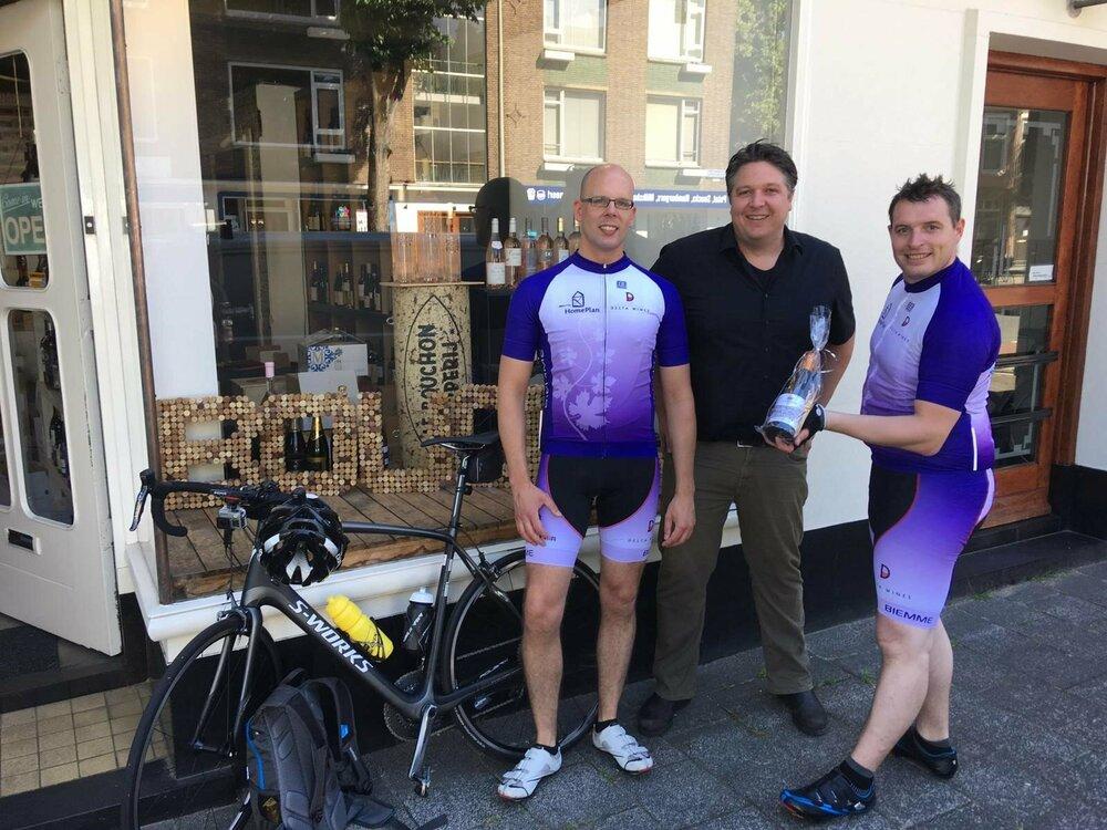 Remo de Vries en Björn Lohmann van Delta Wines fietsen langs zakenpartners voor Stichting HomePlan