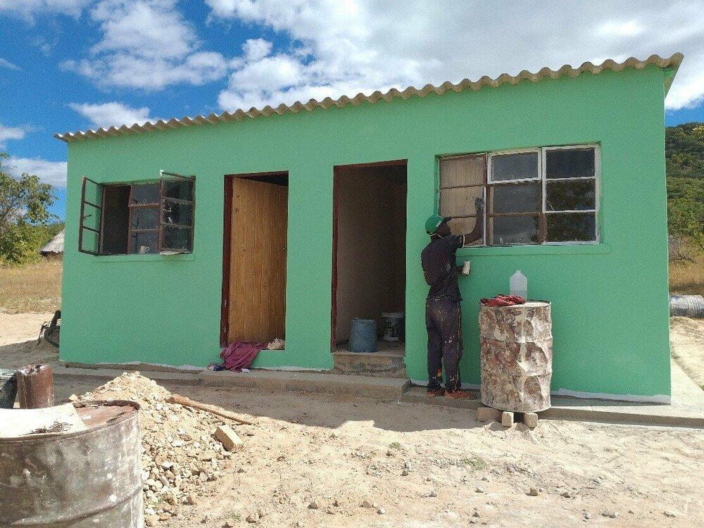 Het nieuwe huis van de familie Mutamba wordt geschilderd