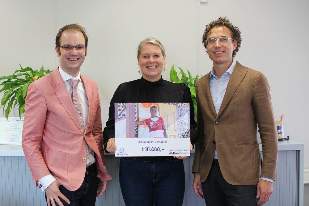 Marike van Seeters en Peter Slootweg van Stichting HomePlan nemen de cheque van WeBuildHomes in ontvangst